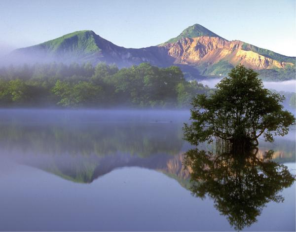 朝もやの桧原湖