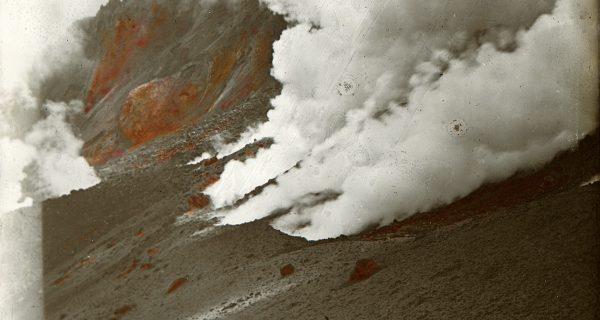 銅沼が写っている噴火直後