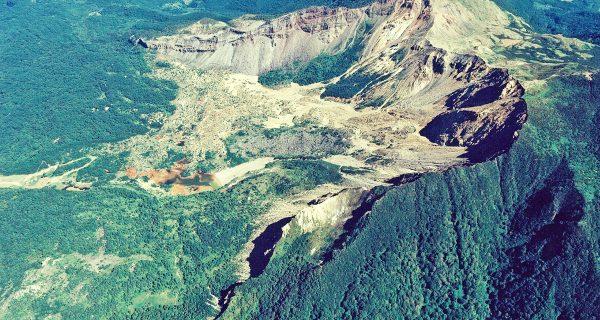西側からの磐梯山の空撮